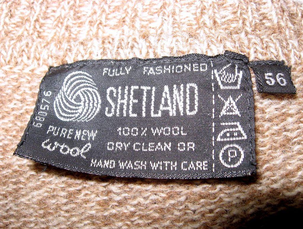 Бирка шерстяного свитера