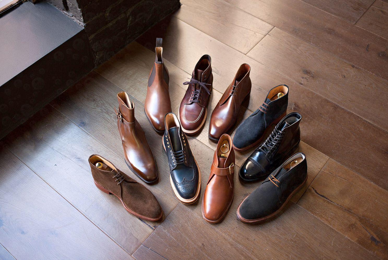 много разной мужской обуви