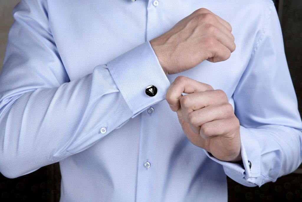 Синяя рубашка с запонками