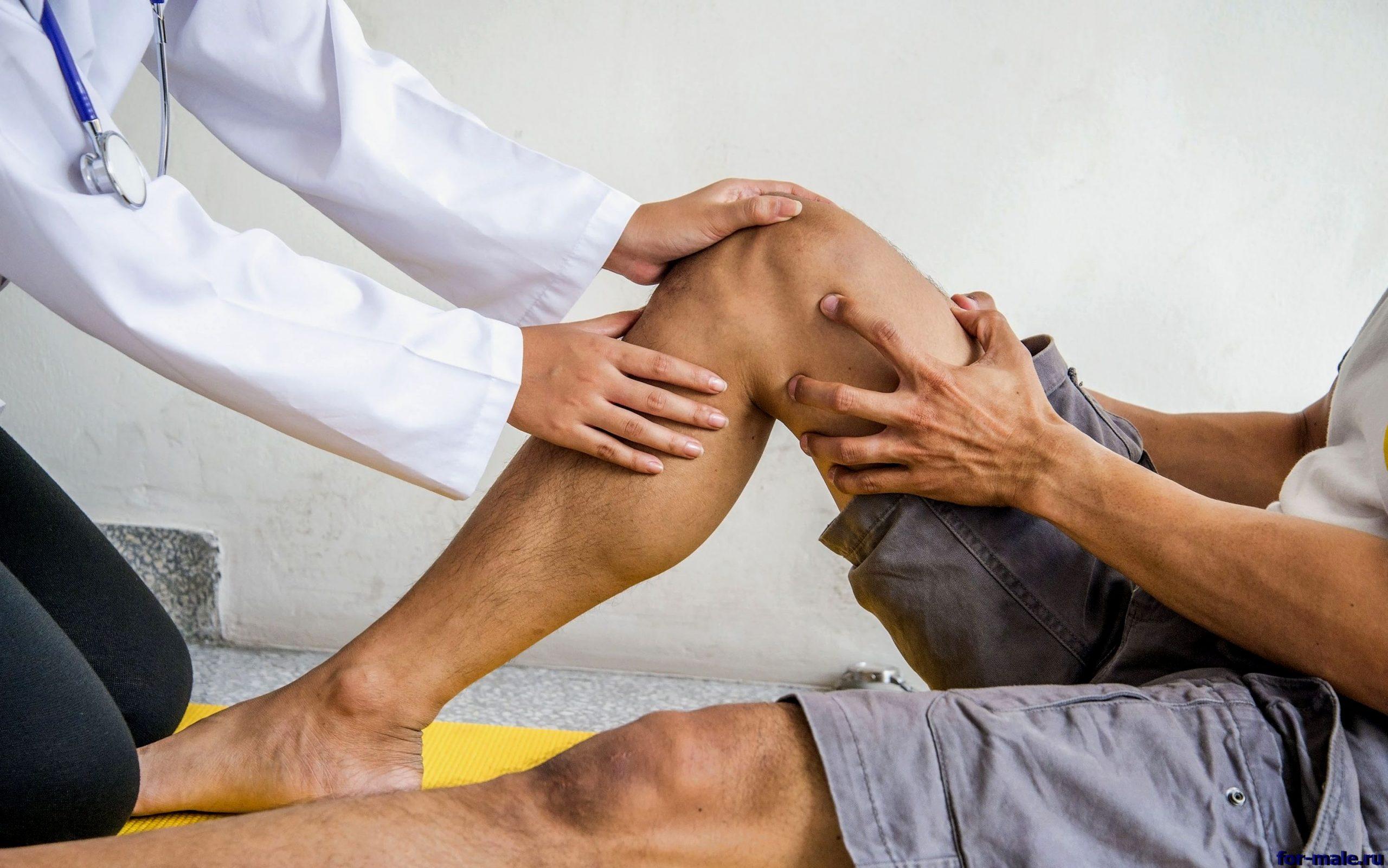 врач смотрит больные колени